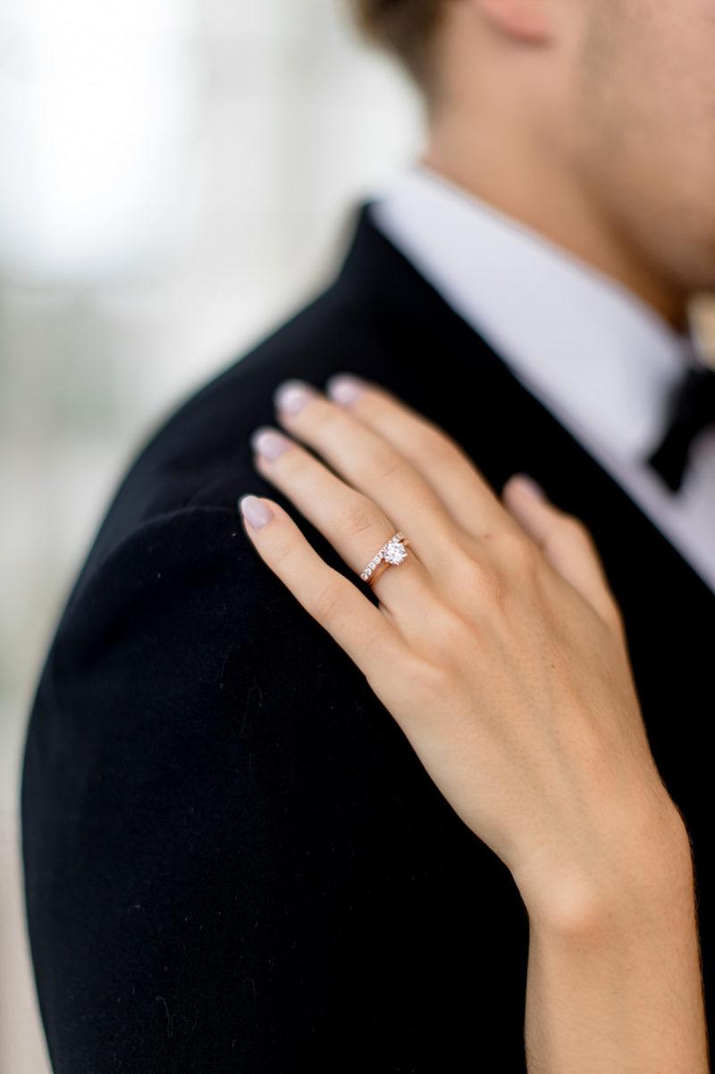 Main d'une mariée posée sur l'épaule de son mari mis en scène par la wedding planner Amélie Pichon Weddings