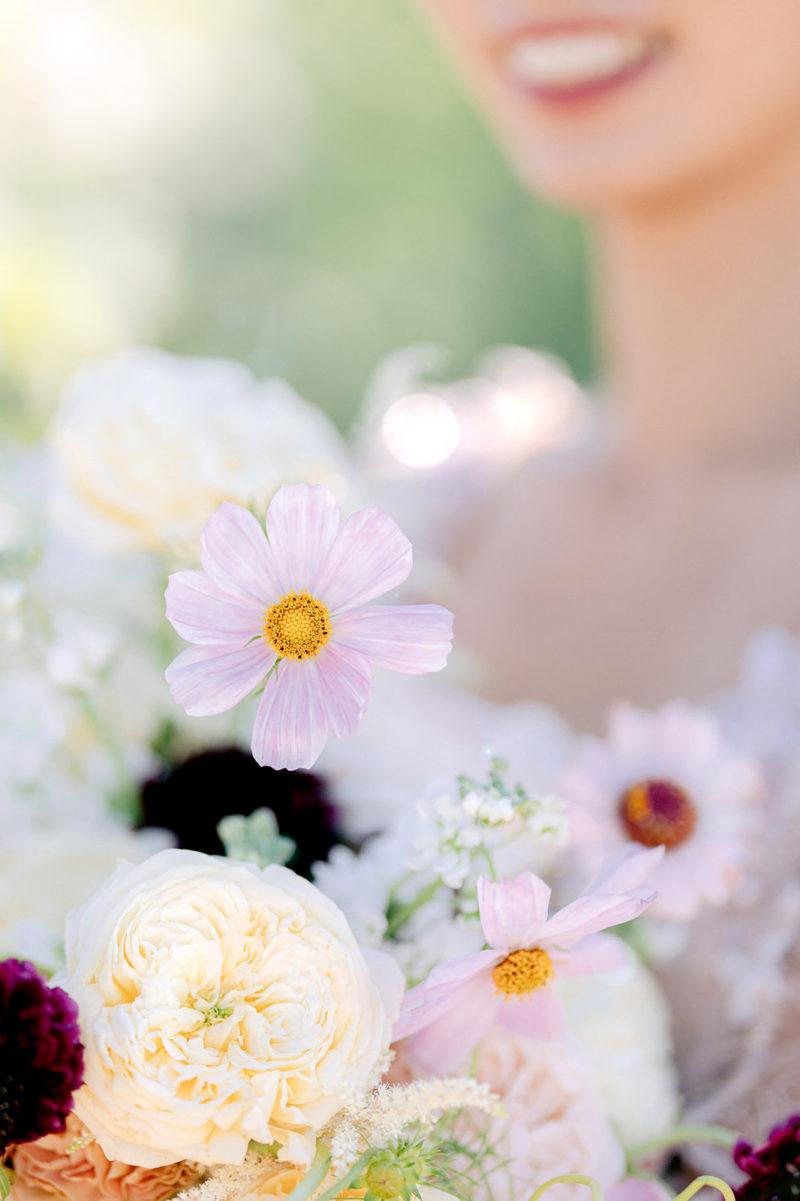 Bouquet de fleurs naturelles avec une mariée mis en scène par la wedding planner Amélie Pichon Weddings