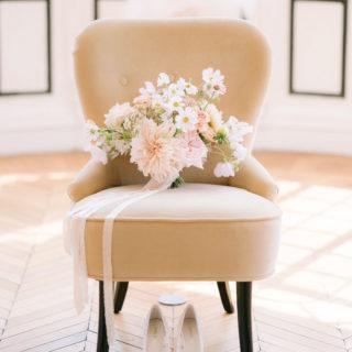 Fauteuil avec bouquet fleurs mariée et ses chaussures mis en scène par la wedding planner Amélie Pichon Weddings