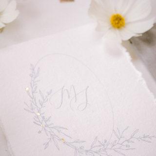 Voeux mariage avec fleurs blanches mis en scène par la wedding planner Amélie Pichon Weddings